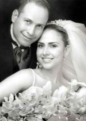 Sr. Gerardo Sandoval Rodríguez y Srita Sambra Zavala Eocha recibieron, la bendición nupcial en la parroquia de San Pedro Apóstol el sábado 12 de junio de 2004.   <p> <i>Estudio: Flavio Becerra</i>