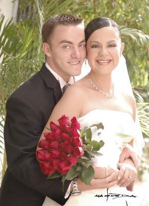 Sr. Heath Beatson y Srita. Paola de la Peña Seijas contrajeron matrimonio el sábado diez de julio de 2004.    <p> <i>Estudio: Maqueda</i>