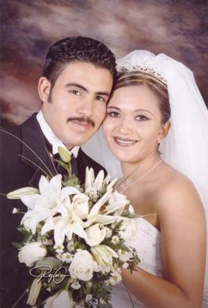Sr. Ignacio Landa Luna y Srita. Nancy Asleth Muñoz Olvera, en un afotografía de estudio motivo de su enlace nupcial.  <p> <i>Estudio: Reyes G</i>