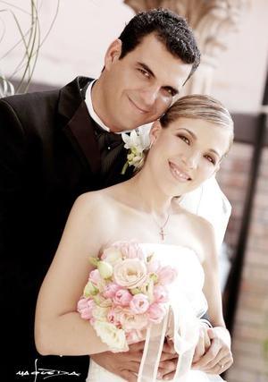 Sr. Ricardo Robles Ramos y Srita. Ana Elisa Lastra Camacho contrajeron matrimonio religiosos en la parroquia Los Ángeles el sábado 26 de junio de 2004.  <p> <i>Estudio: Laura Grageda</i>