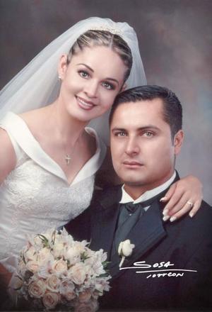 Sr. Roberto García de León y Srita. Juana María Rodríguez Solís contrajeron matrimonio en la parroquia Los Ángeles el tres de julio de 2004.  <p> <i>Estudio: Sosa</i>