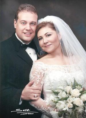 Sr. Timothy Ashford Hollis y Srita. Luz Amparo Martínez Ramírez contrajeron matrimonio religioso en iglesia de La Inmaculada Concepción el sábado tres de julio de 2004. <p> <i>Estudio: Sosa</i>