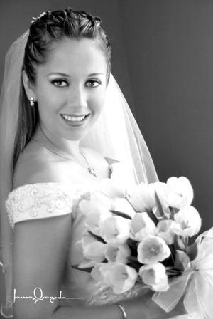 Srita. Gabriela Salcido Moreno, el día de su enlace matrimoniak con el Sr. Salvador Ruiz Fernández . <p> <i>Estudio: Laura Grageda</i>