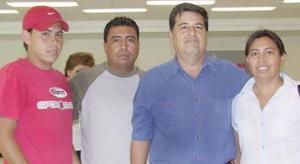 M A Mexicali, viajó Wenceslao López acudieron a despedirlo María Elena Sánchez, Jibran López y César Sánchez.