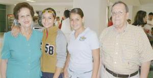 Georgina G. de García y Leopoldo García Flores con sus nietas Marifer y Ana.