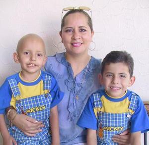 <u><i> 03 de Agosto </u></i><p>  Graciela Sonora de Jiménez con sus hijos David y Daniel Jiménez Sonora en festejo infantil
