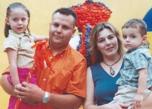 <u><i> 04 de Agosto </u></i><p>   Pamela y Diego Humberto Orduña Ulloa acompañados de sus papás, Humberto Orduña Muñiz y María Teresa Ulloa de Orduña, en su fiesta de cumpleaños.