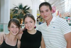 Jessica Martínez, Lourdes Humprey y Emmanuel Navarrete