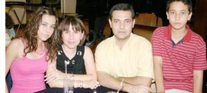 Liz de Villarreal y Gerardo Villarreal con sus hijos Mariana y Gerardo