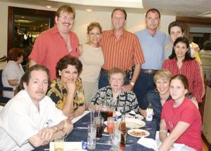 <u><i> 03 de Agosto </u></i><p>  Señora Dora Máynez de Villalobos y su familia.