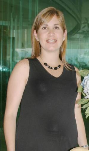 Luly Sánchez de Garza recibió felicitaciones por su próximo bebé