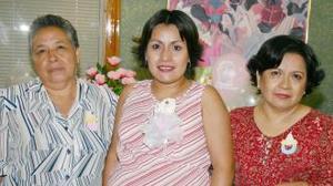 Ofelia Belem Pérez de Fernández en compañía de las organizadoras de su fiesta de regalos, María del Carmen Soto de Pérez y María Elena de Lira de Fernández.