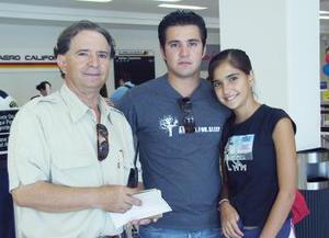 <u><i> 05 de Agosto </u></i><p>    Santiago, Carlos y María Muñoz volaron con destino a Indianápolis