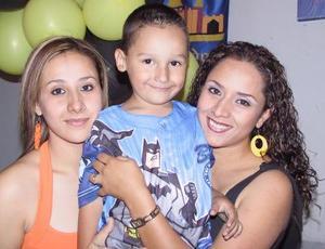 Federico Morado Galvíz en compañía de sus tías Lucía y Dalia Morado, en su fiesta de cumpleaños.