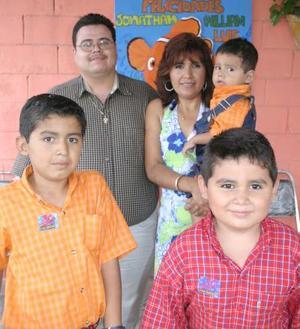 William, Jonathan y Luis Rodríguez Reyes y Jaqueline López Vázquez, en su fiesta de cumpleaños.