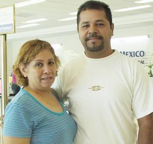 <u><i> 06 de Agosto </u></i><p>   María Niéves viajó con destino a Tijuana y fue despedida por Ricardo Campos.