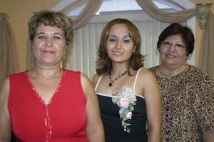 Yadira Lourdes Muñoz Íñiguezz en compañía de las organizadoras de su despedida de soltera, Lourdes Íñiguez de Muñoz y Rosario Garay de Morales.