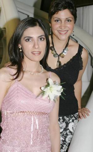Cecilia Salmón Abraham acompañada por la anfitriona de su despedida de soltera, Melisa Villarreal Martínez.