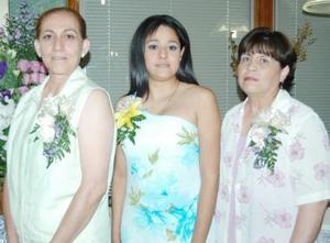 <u><i> 07 de Agosto </u></i><p>  Alejandra Yáñez Castro, en compañía de las organizadoras de su despedida de soltera Mayela Castro y Celia de la Cruz.