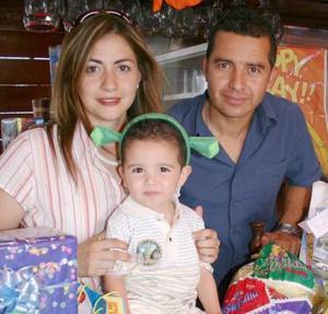 Sergio Alba Cuéllar junto a sus papás, Giovanna Cuéllar de Alba Acosta.