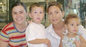 Pame de González con sus hijos alejandro y Ana Carmen y Ana Lucía Aranzábal.