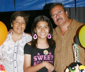 Natalia de Jesús García Murillo en compañía de sus papás, José García y Patricia de García, en el convivio que le ofrecieron por su cumpleaños.