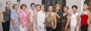 Claudia Susana Robles Gallegos, acompañada por algunas de la asistentes a su primera despedida de soltera en días pasados.