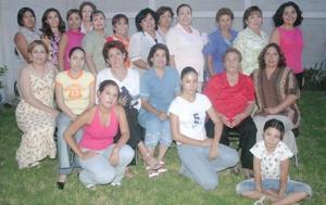 Claudia Irasema Gurrola de Chacón, acompañada por las invitadas de la fiesta de canastilla que le ofrecieron en días pasados.