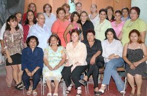 Rosa Érika Llanas acompañada por las asistentes a su fiesta de despedida, que le ofrecieron por su próxima boda con Gabriel tapia guevara.