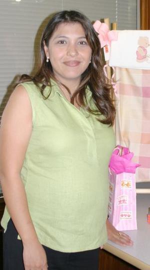 Claudia Salas de Flores disfrutó de una amena reunión, que le prepararon un grupo de amigas por la próxima llegada del bebé que espera.