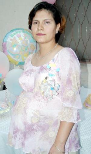 Clara López de Lozorio recibió múltiples felicictaciones, por el cercano nacimiento de su tercer bebé.