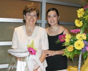 Leilani junto a su mamá, señora Consuelo Carrillo de Flores.