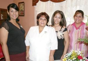 San Juana Rocío García Chaboya acompañada por sus tías, quienes le ofrecieron una despedida de soltera por su próxima boda con Francisco Álvarez Monsiváis.
