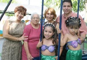 Ana Gaby y Sofía Muñoz Ollaqui de Muñoz y su abuelita Bertha Alicia Morales y bisabuela Isabel Vda. de Morales, el día que celebraron sus respectivos cumpleaños.