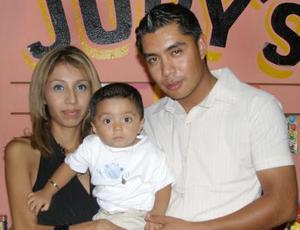 Diego Enrique Juárez junto a sus papás, Hugo Enrique Juárez y Julia Lizeth de Juárez, el día que festejó su primer cumpleaños.