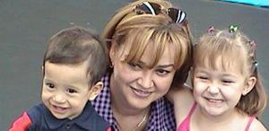 El festejado acompañado por su tía Laura  Fernández Ayala y su amiguita Ángela Estrella Fernández.