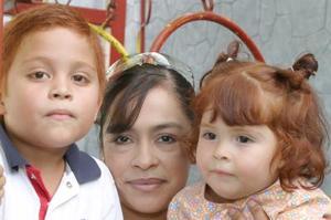 Luis Armando y Ana Isabel León Rubio, en compañía de su mamá Marisa Rubio de León