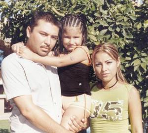 Nadia Elizabeth Ramírez Gallegos acompañada por sus papás, Marcos Ramírez Escobedo y Nadia Gallegos Rodríguez.