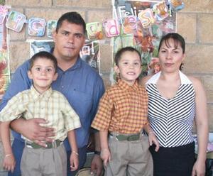 <u><i> 08 de Agosto </u></i><p>  Los gemelos Ángel Humberto y Miguel Ángel Franco Calvillo acompañados por sus papás, Sergio Humberto Franco y Adelina Calvillo de Franco.