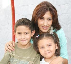 Diana Fayad de Vila con us hijos Martín y Nicole Vila Fayad.
