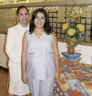 Berenice Valenzuela de Orozco, junto a la organizadora de su fiesta de canastilla Plubia Ruelas de Valenzuela.
