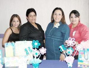 Evelyn Edith Vázquez de Contreras en compañía de Martha Vázquez de Perezvertti, Arlette y Zaira Perezvertti.