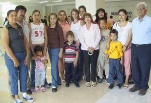 Angélica, Kevin, Stephanie y Violaine viajaron a París, los despidio la familia Ramos Valdez.