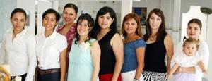 Elsa María Rentería de Berroeta con algunas se las invitadas a su fiesta de regalos, que le ofrecieron en honor del bebé que espera.