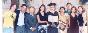 Roberto Flores Zamudio el día de su graduación acompañado por sus papás, guillermo Flores González y María de la Paz Zamudio y sus hermanos Armando, Verónica y Claudia y Diego Ibarguengoitia.