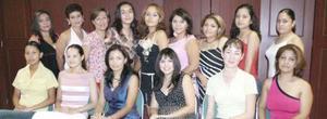 Yadira Lourdes Muñoz Íñiguez acompañada de algunas amistades, en su despedida de soltera.