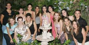 Cecilia Salmón Abraham acompañada por un grupo de amigos, en la despedida de soltera que le ofrecieron en días pasados.