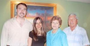 Stephen Zupanc y Rocío Acosta Rodríguez acompañados de los señores Ricardo Acosta Mauricio y Rosita Rodríguez de Acosta, en su última despedida de solteros que se les ofreció por su próxima boda.