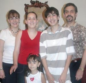 Aureliano y Martha Martínez Martell con sus hijos, Aureliano, Martha y Ana Cristina, asistieron a un convivio social.