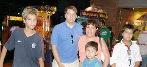 Eddy Durieux y Julia Zamora de D. en compañía de sus hijos Kevin, Allan y Hans.